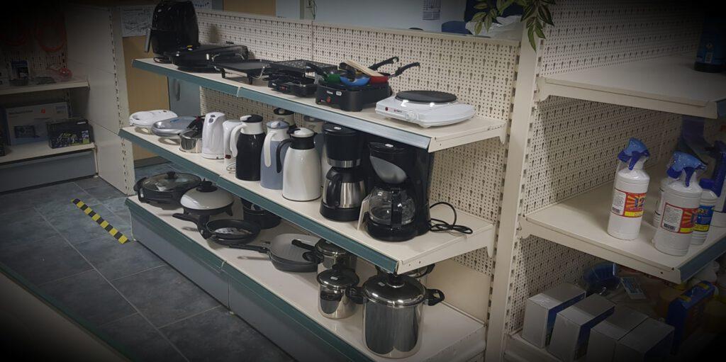 Diverse (elektrische) huishoudelijke producten en o.a. serviezen